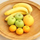 Frucht in einer hölzernen Schüssel Lizenzfreie Stockfotos