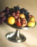 Frucht in einer silbernen Schüssel Lizenzfreies Stockfoto
