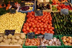 Frucht für Verkauf auf Marktströmungsabriß Stockfotos