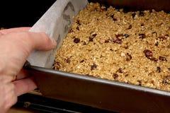 Frucht Flapjack setzend, mischen Sie in den Ofen stockfotos