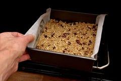 Frucht Flapjack setzend, mischen Sie in den Ofen lizenzfreies stockfoto