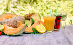 Frucht gerade drückte zusammen, gesundes und erneuert Getränke in heiße Sommertage Stockfoto