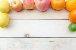 Frucht gesetzt auf einen Holztisch Lizenzfreies Stockfoto