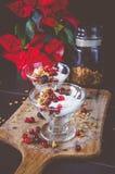 Frucht-, Hafer-und Nuss-Granola mit Jogurt und Himbeeren Lizenzfreie Stockfotos