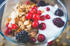 Frucht-, Hafer-und Nuss-Granola mit Jogurt und Himbeeren Stockfoto