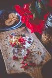 Frucht-, Hafer-und Nuss-Granola mit Jogurt und Himbeeren Stockfotografie
