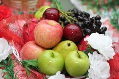 Frucht im Korb lizenzfreie stockfotos