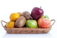 Frucht im Korb auf weißem Hintergrund stockfotos