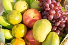 Frucht im Korb Tropische Frucht Lizenzfreies Stockfoto
