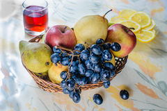 Frucht im Weidenkorb Stockfotos