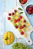 Frucht Kebabs Beschneidungspfad eingeschlossen Lizenzfreie Stockfotografie