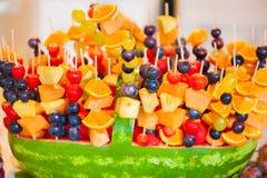 Frucht-Kebabs im Wassermelonen-Korb Stockbilder