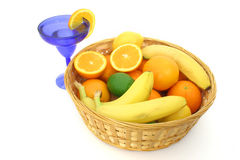 Frucht-Korb über Weiß Stockbilder