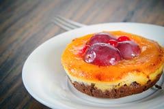 Frucht-Kuchen auf Weinlese Retro- Woody Background stockfotografie
