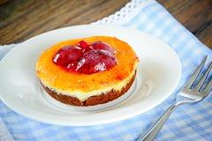 Frucht-Kuchen auf Weinlese Retro- Woody Background lizenzfreies stockbild
