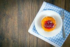 Frucht-Kuchen auf Weinlese Retro- Woody Background stockfoto