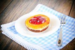 Frucht-Kuchen auf Weinlese Retro- Woody Background stockbild