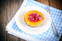 Frucht-Kuchen auf Weinlese Retro- Woody Background lizenzfreie stockbilder