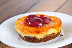 Frucht-Kuchen auf Weinlese Retro- Woody Background lizenzfreie stockfotos