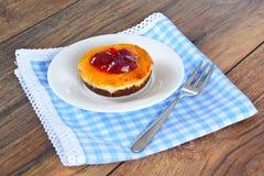 Frucht-Kuchen auf Weinlese Retro- Woody Background stockbilder