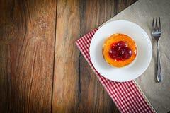 Frucht-Kuchen auf Weinlese Retro- Woody Background stockfotos