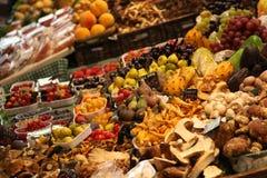 Frucht-Markt mit sehr großer Auswahl der Früchte Lizenzfreies Stockbild