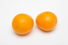 Frucht mit zwei Orangen auf weißen Hintergründen Stockfoto
