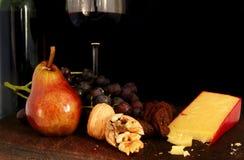 Frucht, Muttern, Käse und Wein Stockbild