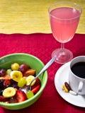 Frucht, Saft, Vitamine und ein Tasse Kaffee Lizenzfreies Stockfoto