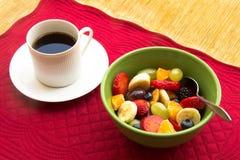 Frucht-Schüssel und Kaffee Lizenzfreie Stockfotos