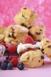 Frucht-Scones mit Beeren und Creme Lizenzfreie Stockbilder