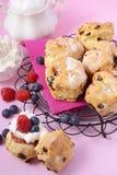Frucht-Scones mit Beeren und Creme Lizenzfreie Stockfotos