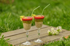 Frucht Smoothie in den Glasweingläsern Stockbild