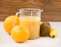 Frucht Smoothie der Banane, der Orange, der Kiwi und der Tangerine Stockfotos