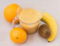 Frucht Smoothie der Banane, der Orange, der Kiwi und der Tangerine Lizenzfreie Stockbilder