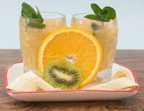 Frucht Smoothie der Banane, der Orange, der Kiwi und der Tangerine Stockbilder