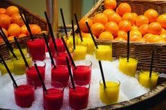Frucht Smoothies auf Stapel des Eises Lizenzfreie Stockfotos