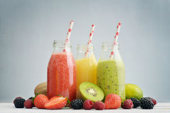 Frucht Smoothies in den Retro- Flaschen stockbilder