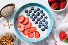 Frucht Smoothieschüssel mit superfoods Lizenzfreies Stockfoto