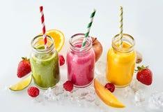 Frucht Stücke und Smoothies in Folge lizenzfreie stockfotografie
