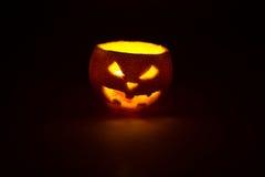 Frucht-Steckfassungslaterne Halloweens orange auf Dunkelheit Stockfotografie