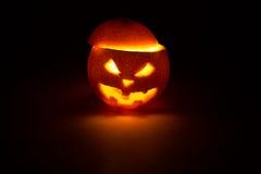 Frucht-Steckfassungslaterne Halloweens orange auf Dunkelheit Lizenzfreies Stockfoto