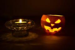 Frucht-Steckfassungslaterne Halloweens orange mit Kerze auf Dunkelheit Stockfoto