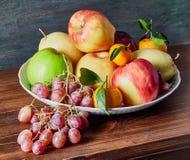 Frucht-Stillleben auf dem Tisch stockbilder