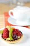 Frucht tarte mit Kaffeenahaufnahme 2 Lizenzfreies Stockbild