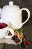 Frucht-Tee mit Teekanne Stockfoto