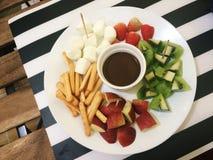 Frucht-u. Imbiss-Schokoladen-Fondue lizenzfreie stockfotos
