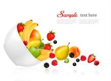 Frucht und Beeren, die von einer Schüssel fallen. Lizenzfreies Stockfoto