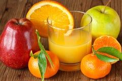 Frucht und frischer Saft. Stockfotografie