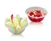 Frucht- und Geleeobstsalat in der Plastikschüssel auf Weiß stockbild